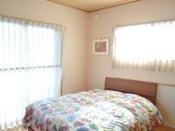 − 寝 室 − 「窓が3面ある寝室」その1