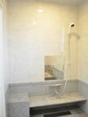 − 浴 室 − 「石貼とタイルで仕上げた浴室」その1